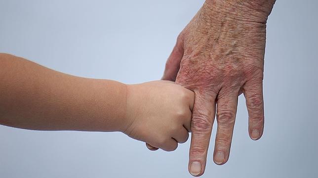 manos-nino-viejo-edad-natalidad-y-envejecimiento.jpg