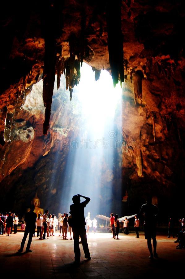 templo-en-la-cueva-de-khao-luang-en-phetchaburi-tailandia-40037596.jpg